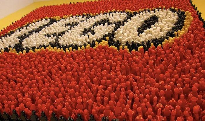 Золотой кирпичик LEGO.