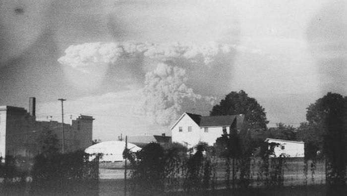Старинная камера с фотографиями извержения Сент-Хеленса в США.