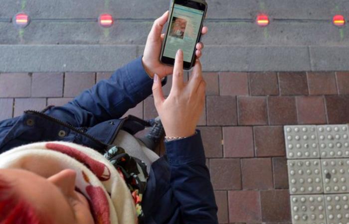 Актуальная инновация: тротуарные светофоры для любителей смартфонов.