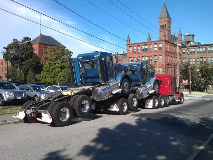 Тягач для транспортировки грузовиков.