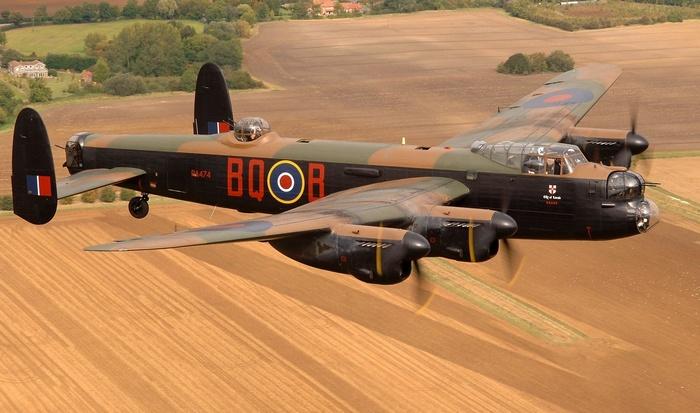 Самолет Avro Lancaster.