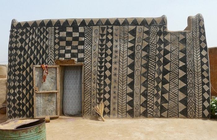 Дома расписаны традиционными узорами и рисунками.