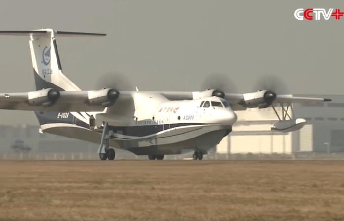 Китайский самолет-амфибия удивил всех своими размерами.