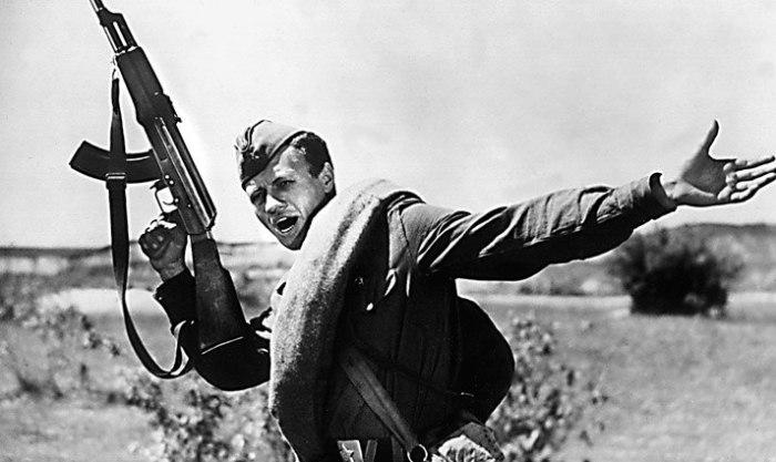 Кадр из фильма «Максим Перепелица»: АК-47 в кадре.