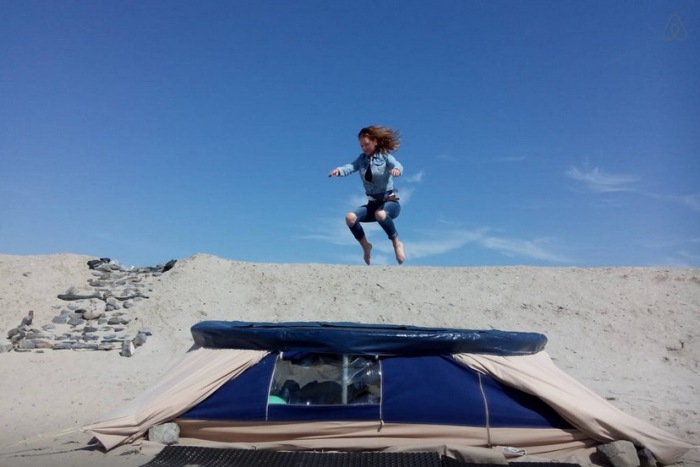 Возможность прыгать и бегать по крыше предоставляется.