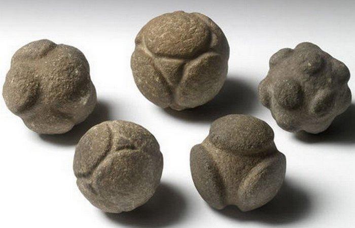 Резные каменные шары.