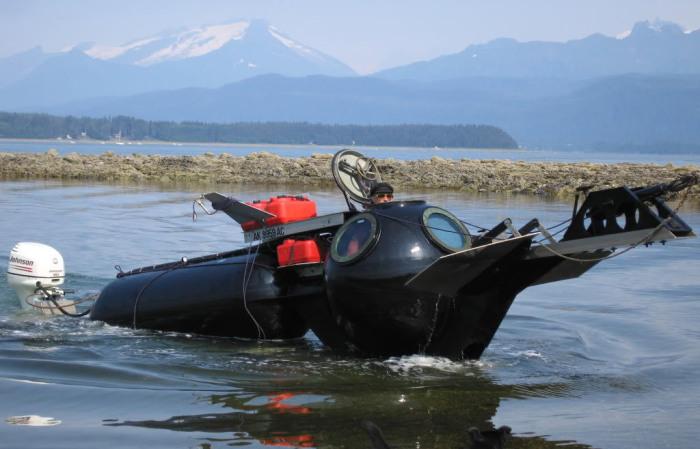 Субмарина для сурового климата Аляски из мусора.