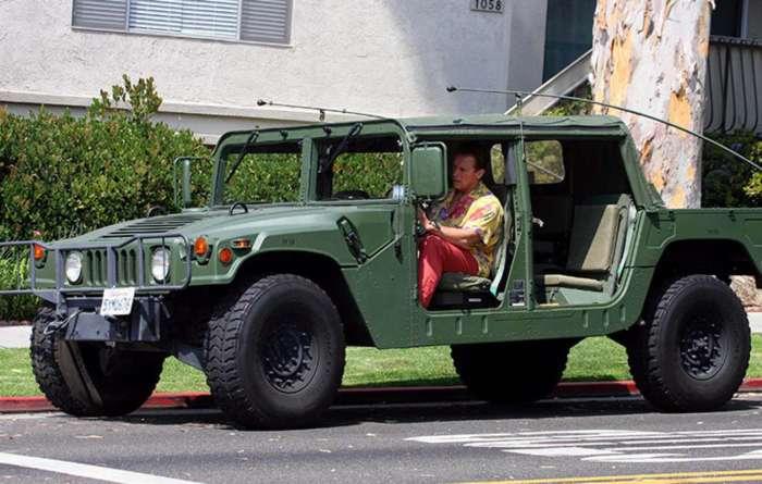 Арнольд любит военные авто. /Фото: kinotime.org.