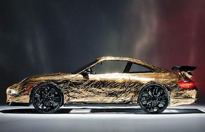 Золотой автомобиль от Ханнеса Лангедера.