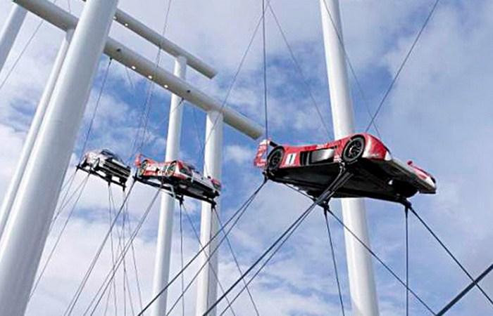 Инсталляция с парящими автомобилями.