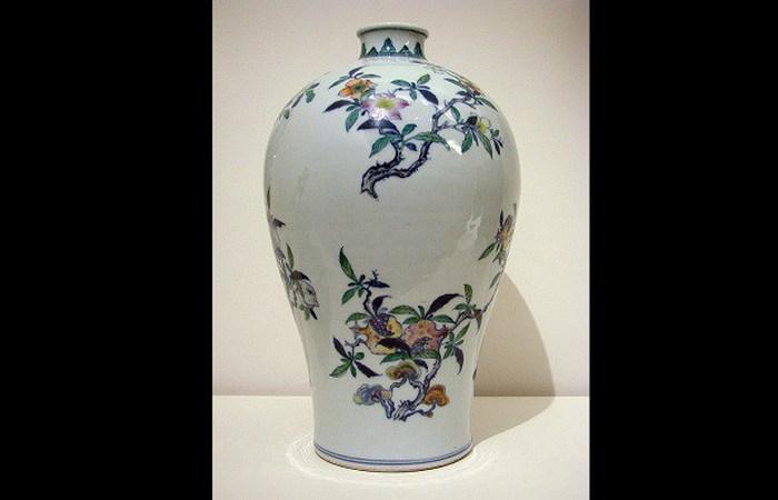 Редкая китайская ваза, превращенная в настольную лампу.