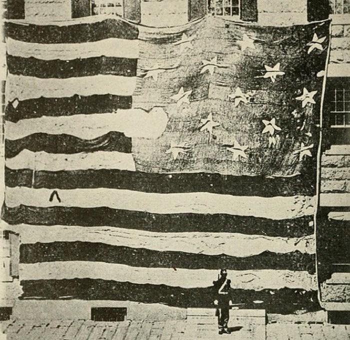 Первый флаг США, разрезанный на куски.