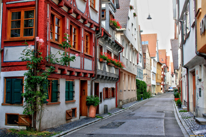 Многие улицы очень узкие. |Фото: artfile.ru.