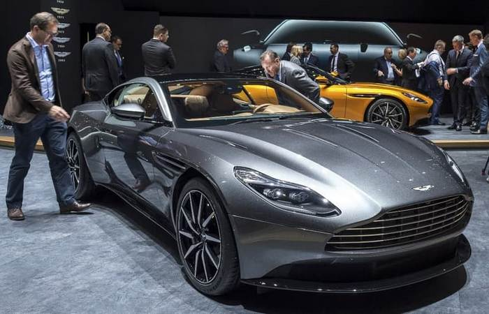 Автомобиль Aston Martin DB11.