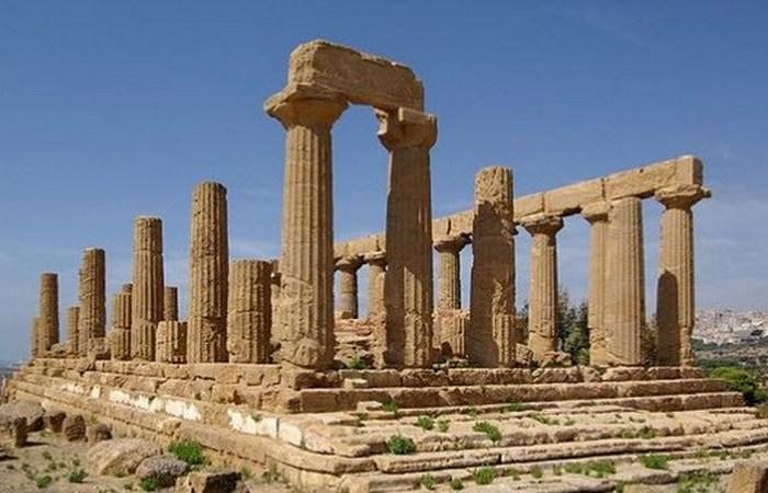 Храм Юноны направлен на созвездие Дельфина.