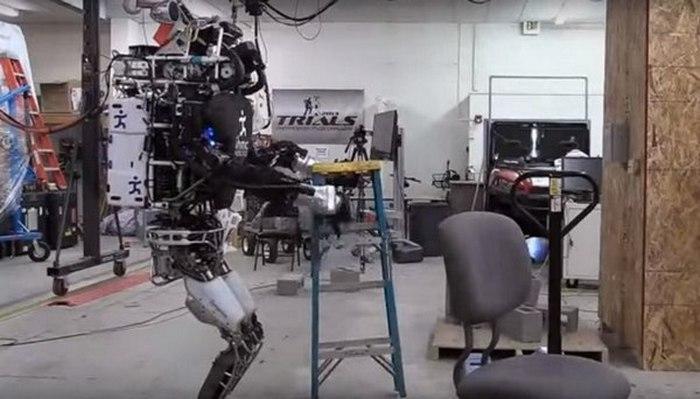 Масса робота составляет 156.5 кг.