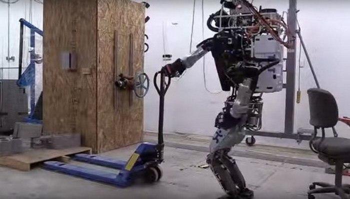 Робот IHMC Atlas.