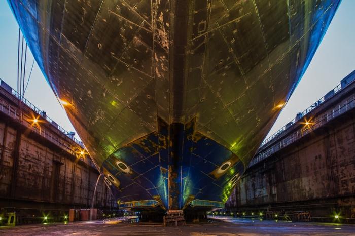 Ледяные шрамы на корпусе корабля.