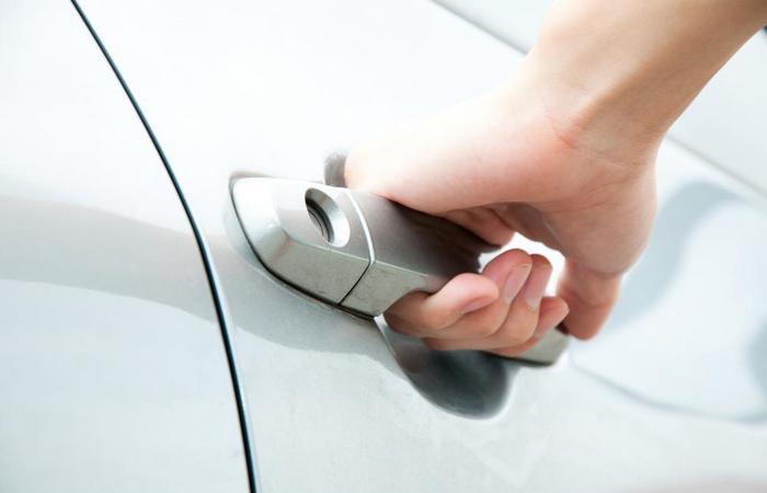 Как открыть автомобиль, если ключи остались в салоне.