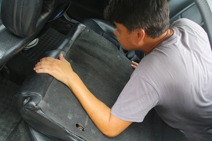 Опустить сиденья и забраться внутрь авто.<br>