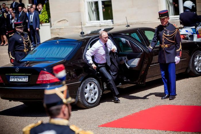 Сейчас президент России ездит на бронированном немецком лимузине Mercedes-Benz.