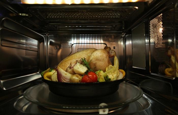 Условно здоровая привычка: готовка в микроволновке.