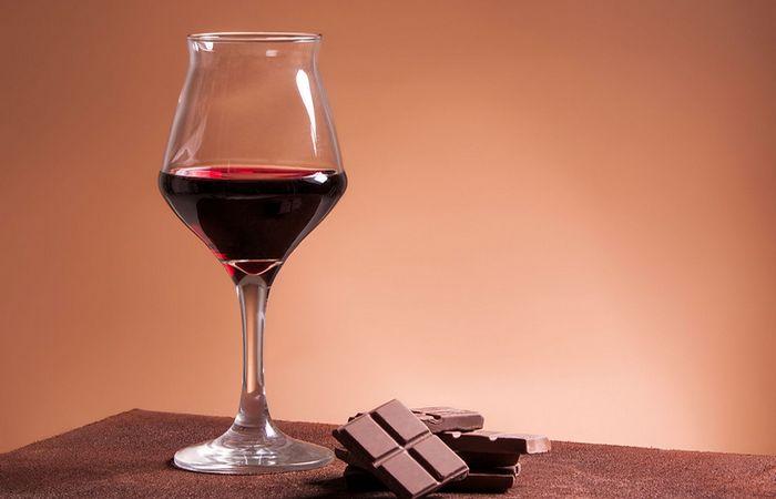 Условно здоровая привычка: красное вино и шоколад.