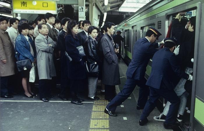Толкатель в метро.