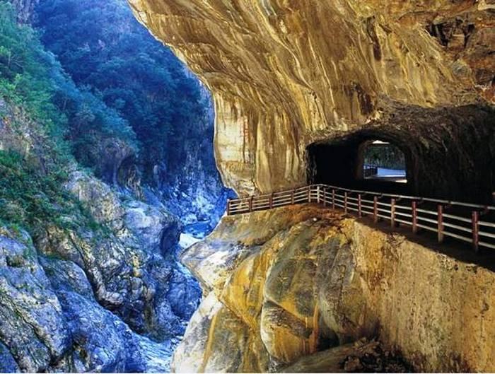 Дорога в ущелье Тароко.