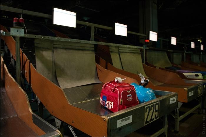 Сумки попадают в контейнеры, соответствующие номеру рейса.