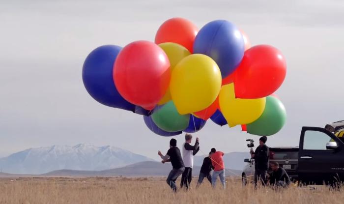 Необычный полёт на шарах с гелием.