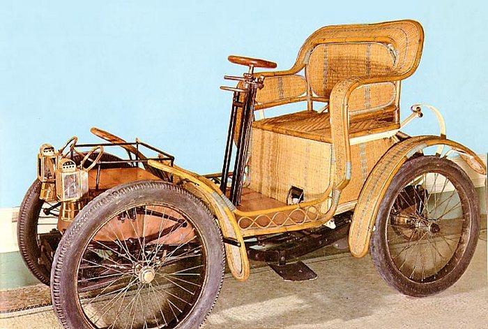 Плетённый автомобиль из прошлого.