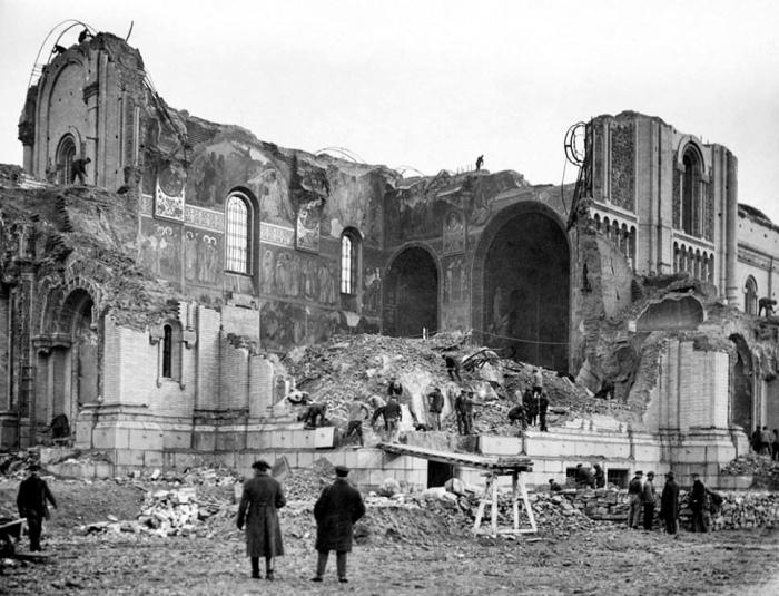 Новая власть решила, что Храм Христа Спасителя 1883 года исторической и культурной ценности не представляет.  Фото: tverdyi-znak.livejournal.com.