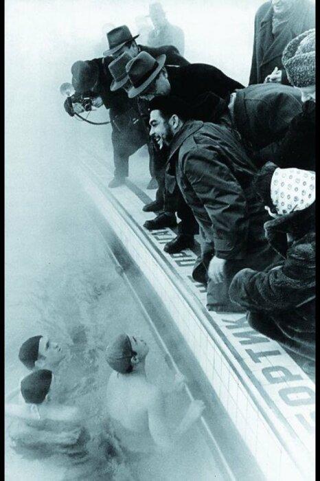 В бассейне был Че Гевара.  Фото: Twitter.
