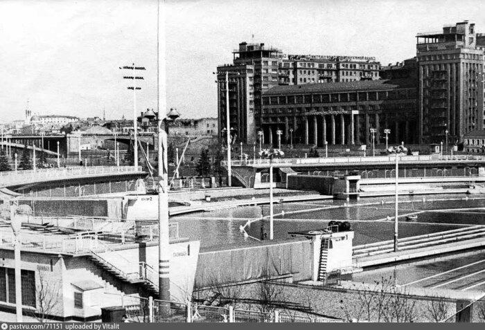 В 1990-е новая власть решила, что такой бассейн приносит слишком много убытков и закрыла его. А спустя несколько лет на его месте построили новый Храм Христа Спасителя.  Фото: pastvu.com.