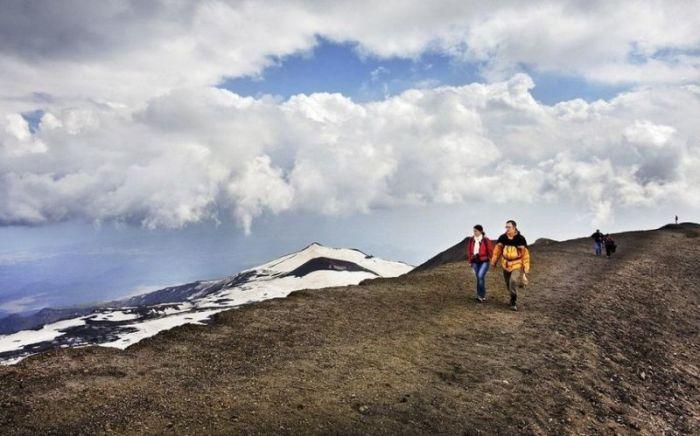 Этна давно стала местом паломничество туристов.