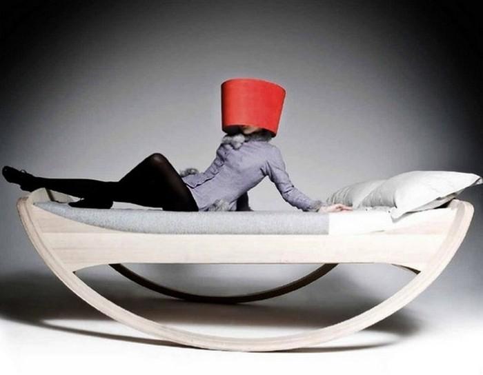 Кровать для тех, кто любит подремать в кресле-качалке.