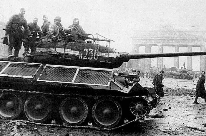 Советский танк с белой полосой. |Фото: Twitter.