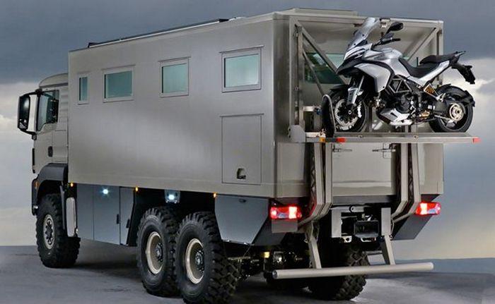 Кемпер на базе полноприводного шестиколесного грузовика MAN.