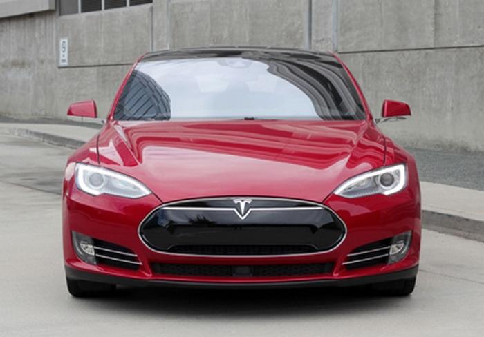 Автомобиль Tesla Model S P90D.