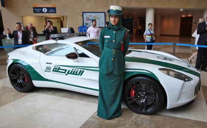 Почему бы не взять в полицию и Aston Martin One-77?
