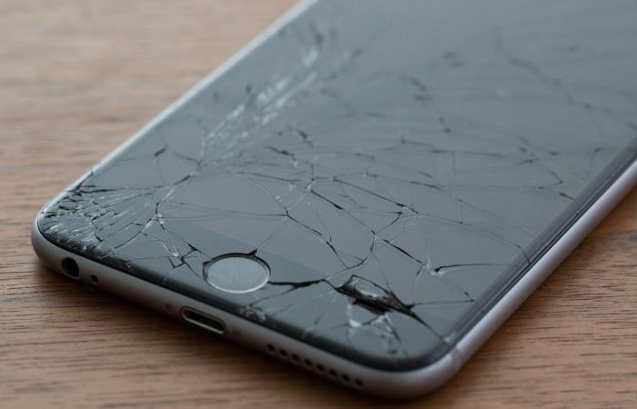 Разбитый смартфон повод для обмана.