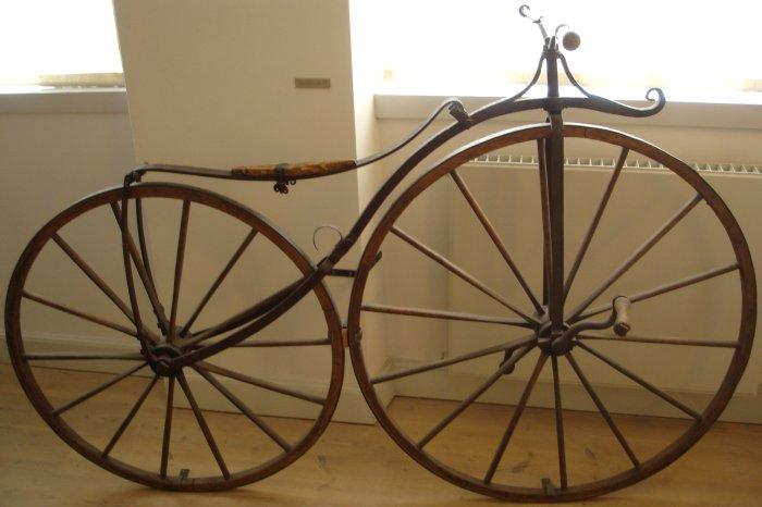 Один из первых велосипедов с педалями.