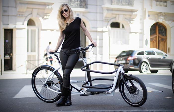 Стильный городской велосипед с сегментированной рамой.