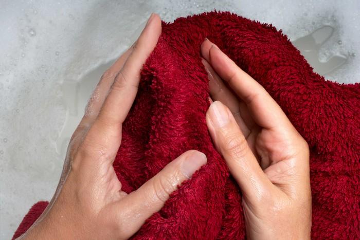Понадобится еще мокрое полотенце или платок. ¦ Фото: recipepes.com.
