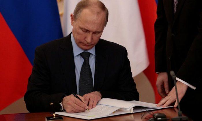 Корона может покинуть Кремль только по указу президента. |Фото: yandex.ru.