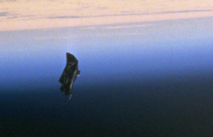 Фотография космического мусора или «Черного рыцаря», сделанная NASA в 1998 году.