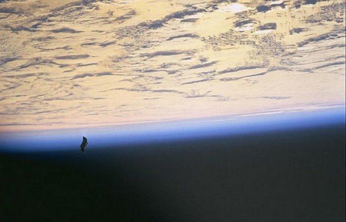 «Черный рыцарь», заснятый во время миссии STS-88 в 1998 году.