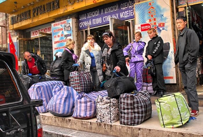 В 1990-е штаны 5 цветов появились для всех и каждого. Не у всех были на них деньги.  Фото: bigpicture.ru.