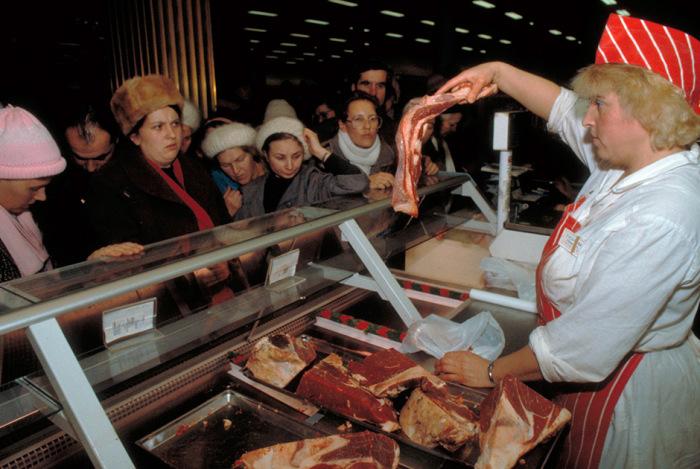 Мясник в продуктовом магазине. |Фото: m.lenta.ru.